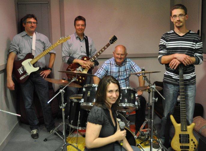 composé d'Eric à la basse, Olivier & Jean-Michel à la guitare, Fred à la batterie et Julie au chant